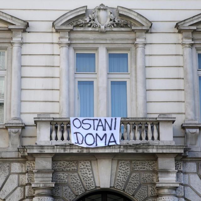Na Nadbiskupskoj palači u Splitu osvanuo je transparent 'Ostani doma', a većina hrvatskih biskupija još nije izvijestila o komunikaciji s vjernicima preko interneta Duje Klarić/HANZA MEDIA