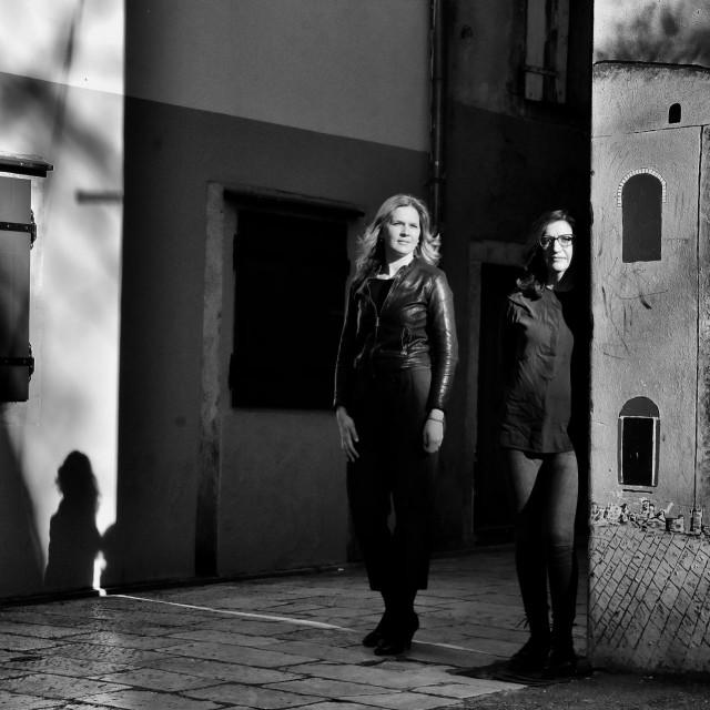Projekt potpisuju pjevačica <strong>Dina Bušić</strong> i gitaristica <strong>Melita Ivković</strong>