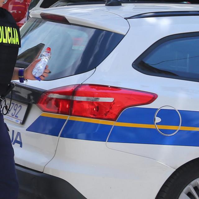 Split, 170620.<br /> Redovito policijsko postupanje u ulici Ljudevita Posavskog.<br /> Interventna policija sa dva kombija i nekoliko automobila navodno je uhitila jednu musku osobu iz obliznje zgrade.<br />