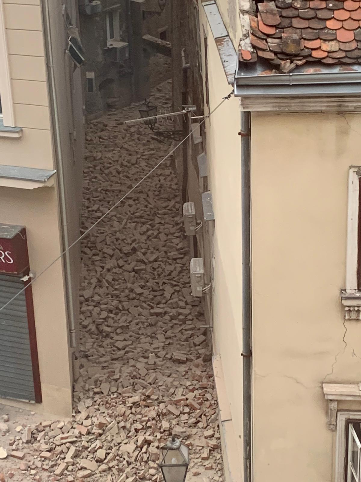 Zadarski Strasne Fotografije Iz Zagreba Nakon Potresa Steta U Centru Ogromna Odlomio Se Vrh Katedrale Ozlijeđeno Je Jedno Dijete
