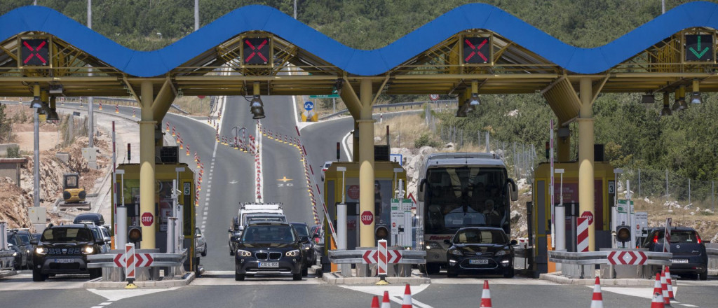 Slobodna Dalmacija Zatvoreni Izlazi S Autoceste Prema Rijeci Policija Kontrolira Sve Putnike Koji Zele Pobjeci Iz Zagreba Prema Dalmaciji Se Zasad Vozi Bez Restrikcija