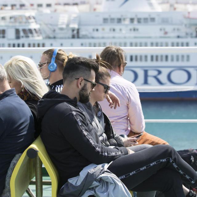 Split, 190419.<br /> Uoci uskrsnjih blagdana velika je guzva na trajektima koji prometuju sa otocima.<br /> Na fotografiji: Putnici na trajektu Zadar koji plovi za Starigrad.<br />