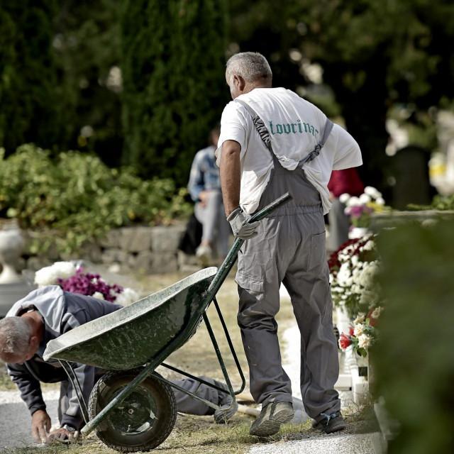 Radnici koji uređuju grobove na splitskom Lovrincu<br />