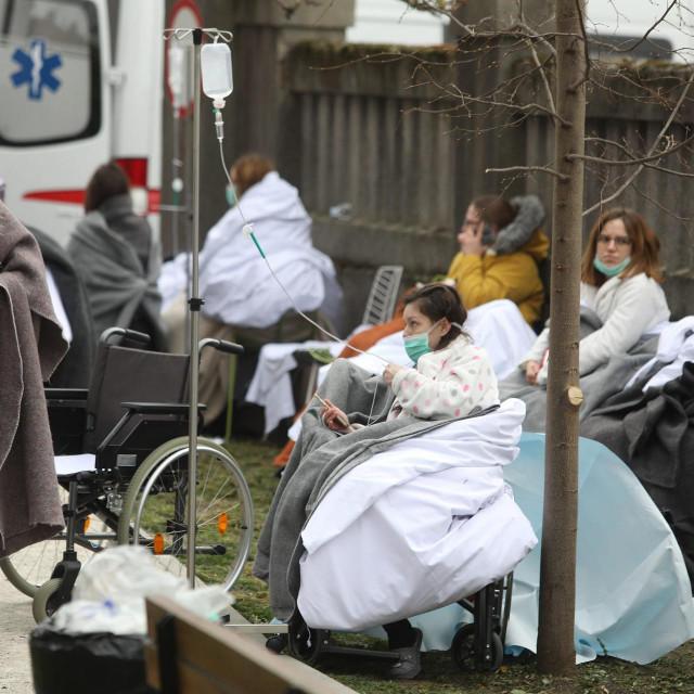 Prizori rodilja s bebama u naručju na snijegu ispred napukle bolnice i navijača koji su se organizirali da isele opremu stare austrougarske zgrade, možda su nas ipak malo osvijestili
