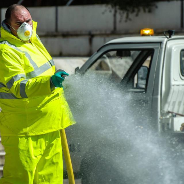 Split, 230320<br /> Radnici gradske tvrtke Cistoca prali su jutros ulice i trgove vodom.<br /> Na fotografiji: radnici Cistoce u ulici Rudjera Boskovica kod prodajnog centra Prima 3<br />