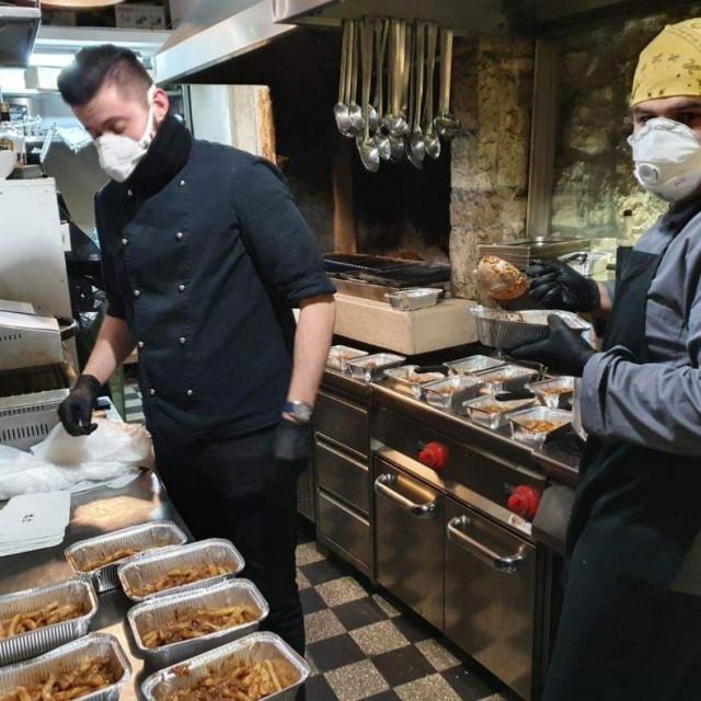 Kuhari restorana 'Makarun' pripremaju besplatne obroke