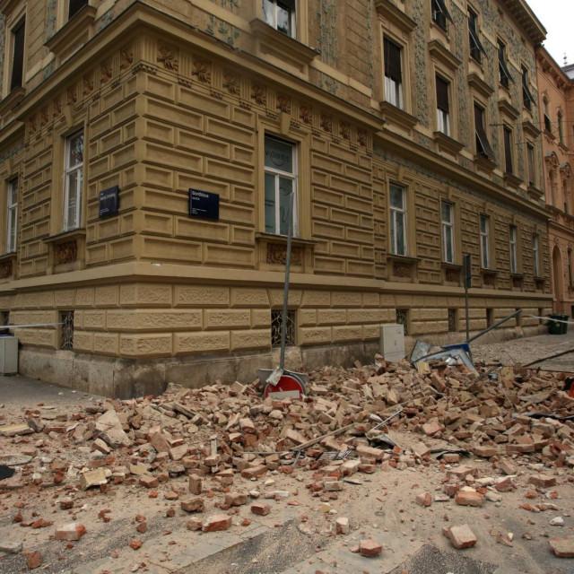 Zagreb, 220320.<br /> Zrinjevac.<br /> Veliki potres u Zagrebu.<br /> Na fotografiji: steta na ulicama.<br />