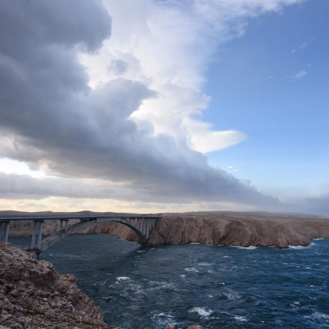 Udari bure na zadarskom podrucju od jutros uzrokuju probleme u brodskom i cestovnom prometu.<br /> Na fotografiji: detalj s Paškog mosta
