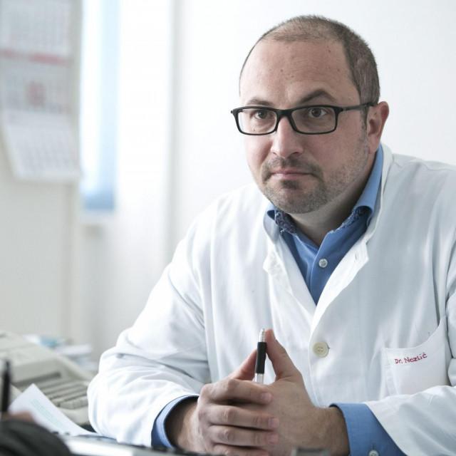 Dr. Jurica Nazlić:Bilo bi odlično ako se pokaže da kombinacijahidroksiklorokina i azitromicina pomaže bolesnicima, jer su oba lijeka relativno niske cijene i široko dostupna zdravstvenim sustavima većine zemalja
