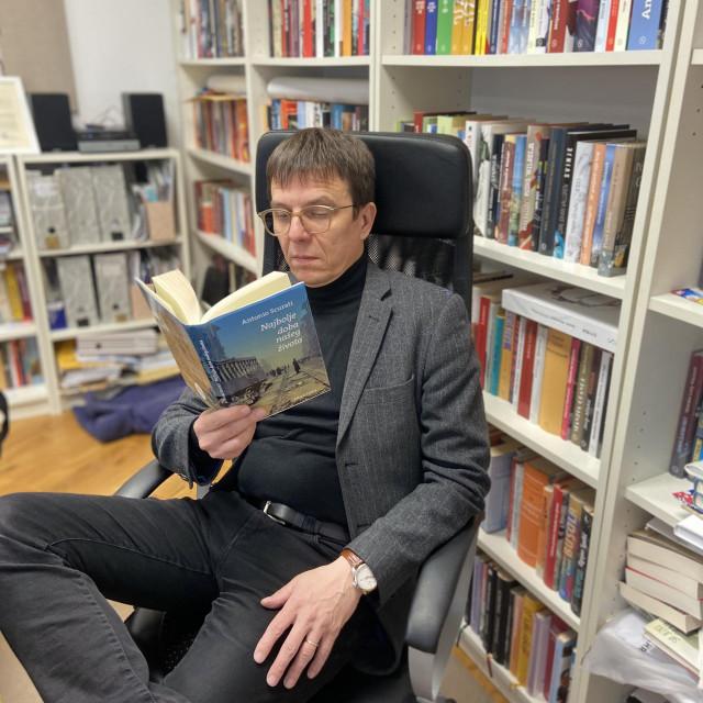 Seid Serdarević sa Scuratijevom knjigom, prvom u nizu