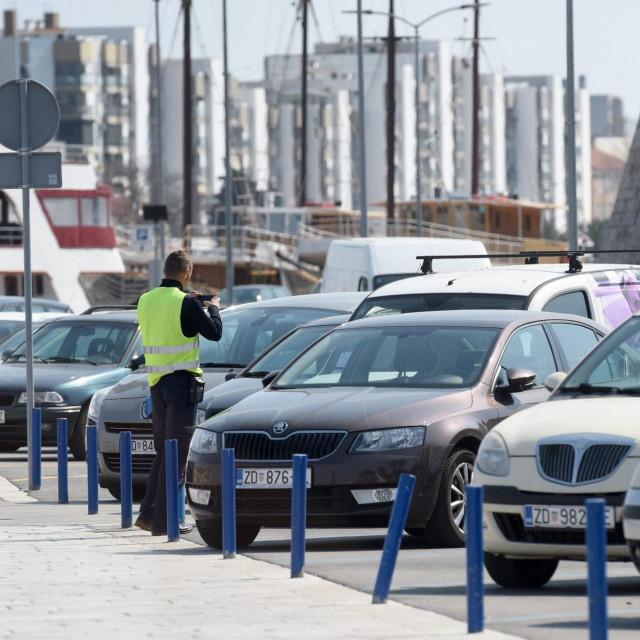 Na fotografiji: djelatnik komunalne tvrtke Obale i lucice d.o.o. ciji je osnivac i vlasnik Grad Zadar naplacuje parking na Poluotoku.