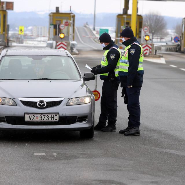 Policijska patrola kod naplatnih kucica na autoputu