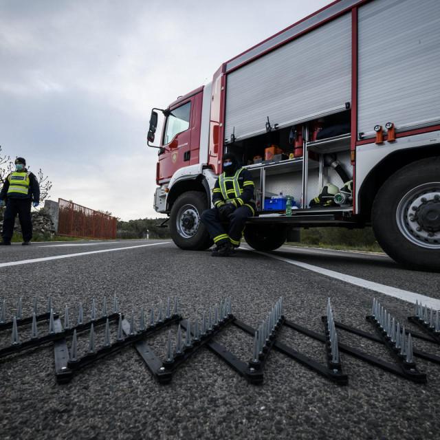 <br /> Policijska blokada ceste prema mjestima Murter i Betina zbog karantene uzrokovane sirenjem korona virusa COVID 19<br />
