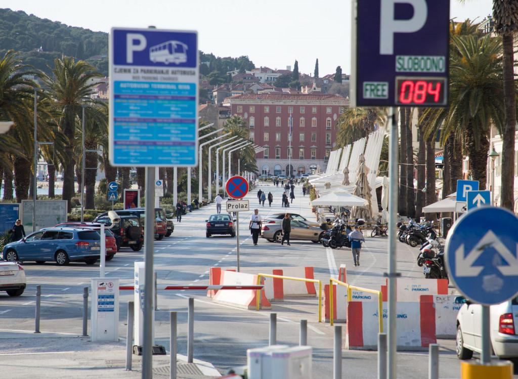 Parking na Rivi i dalje će se naplaćivati građanima