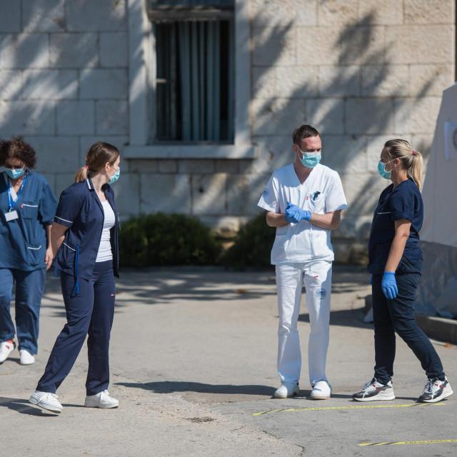 Zadar, 190320.<br /> Zadarska OB od jucer funkcionira samo sa jednim glavnim ulazom ispred kojeg dezura medicinsko osoblje i provjerava svaku osobu koja ulazi u prostor bolnice.<br />