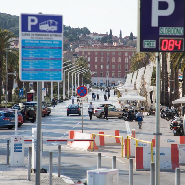 Split, 190320.<br /> Reportaza sa taksistima o trenutnoj situaciji s prijevozom u gradu.<br /> Na fotografiji: Prazan parking na rivi.<br />