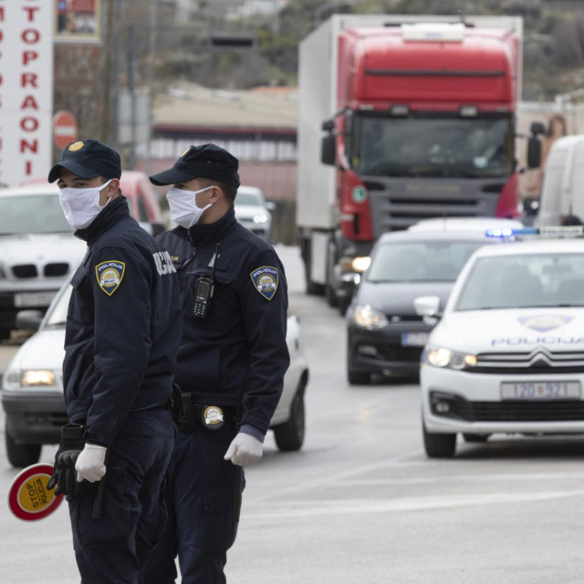 Policijska kontrola na križanju Splitske i Matoševe ulice u Dujmovači