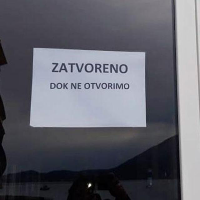 Šaljiva poruka na vratima kafića u Župi