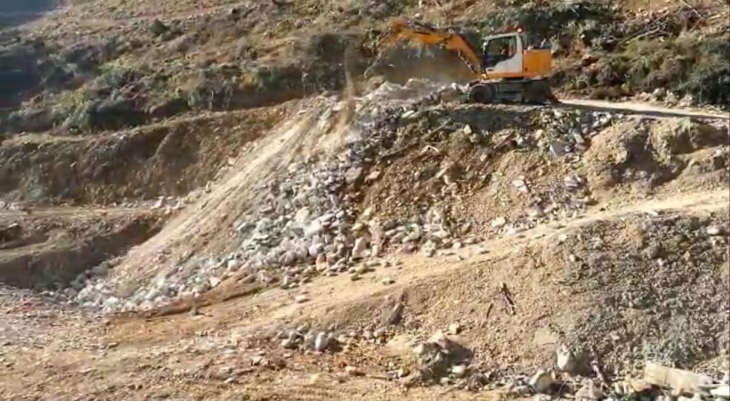 Bagerist gura građevinski i opasni otpad u rupu preko koje će prelaziti omiška obilaznica
