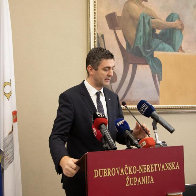 Dubrovnik, 070220<br /> Ministar zastite okolisa i energetike Tomislav Coric u vijecnici potpisao Ugovor o dodjeli bespovratnih sredstava za projekt Centar za gospodarenje otpadom Dubrovacko-neretvanske zupanije Lucino razdolje.<br /> Na fotografiji: Mato Frankovic.<br />