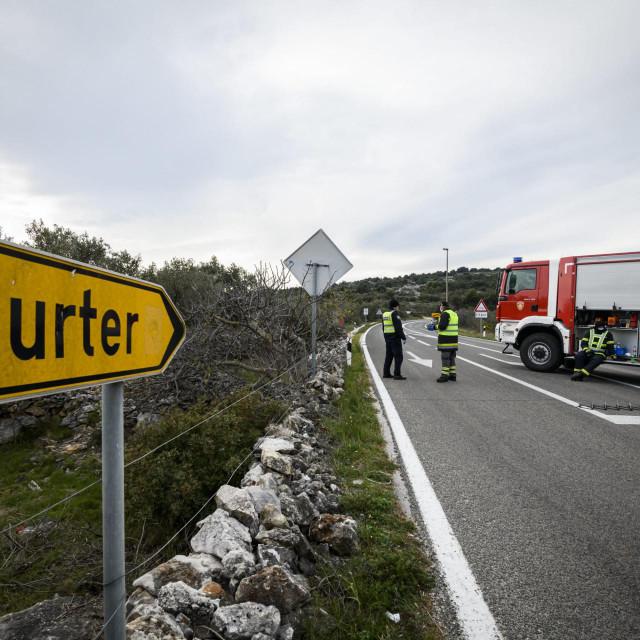 Policijska blokada ceste prema mjestima Murter i Betina zbog karantene uzrokovane sirenjem korona virusa COVID 19<br />