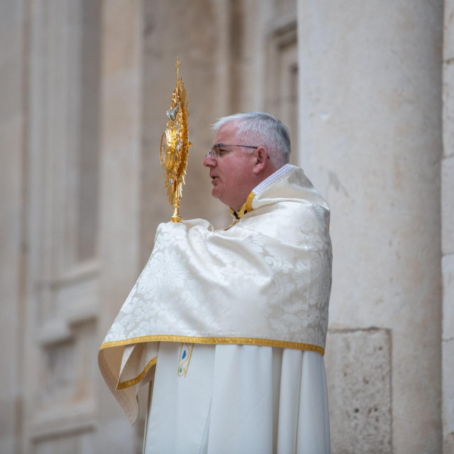 Dubrovnik, 250320.<br /> Papa Franjo zamolio je krscane svih denominacija da zajednicki danas u podne, na svetkovinu Navjestenja Gospodinova, izmole Oce nas. Molitvi su se odazvali i vjernici dubrovacke biskupije, a biskup mons. Mate Uzinic u podne je s Presvetim Oltarskim Sakramentom izasao pred vrata katedrale.<br />