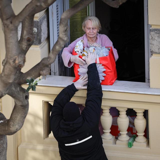 Premda izbjegavaju ulaziti u stambene prostore i uglavnom dogovaraju 'beskontaktnu isporuku', za starije i nemoćne uvijek nađu rješenje