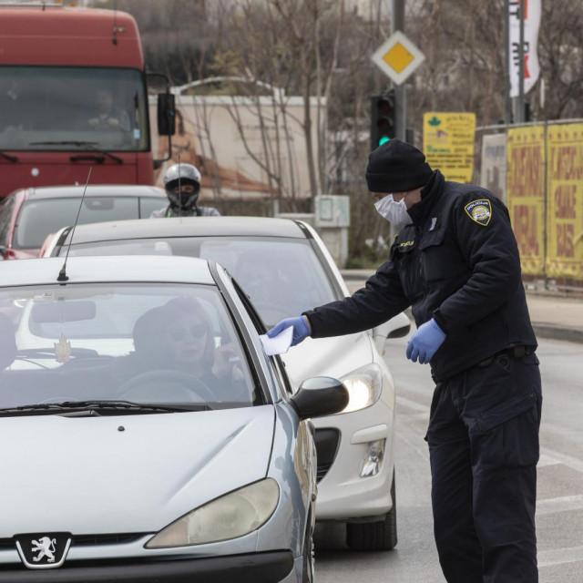 Split, 240320.<br /> Policijska kontrola radi ogranicenja kretanja i zabrane napustanja mjesta prebivalista zbog koronavirusa.<br /> Na fotografiji: Policijska kontrola na krizanju Splitske i Matoseve ulice u Dujmovaci.<br />