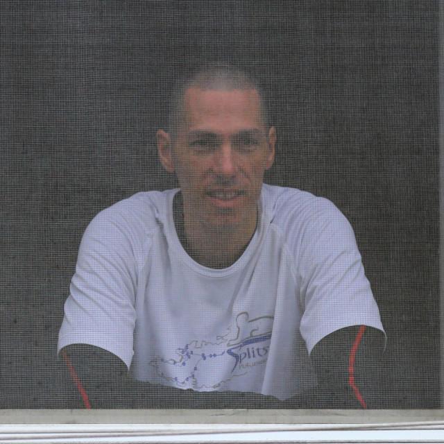 Naš ga je fotoreporter jutros snimio kroz komarice na prozoru