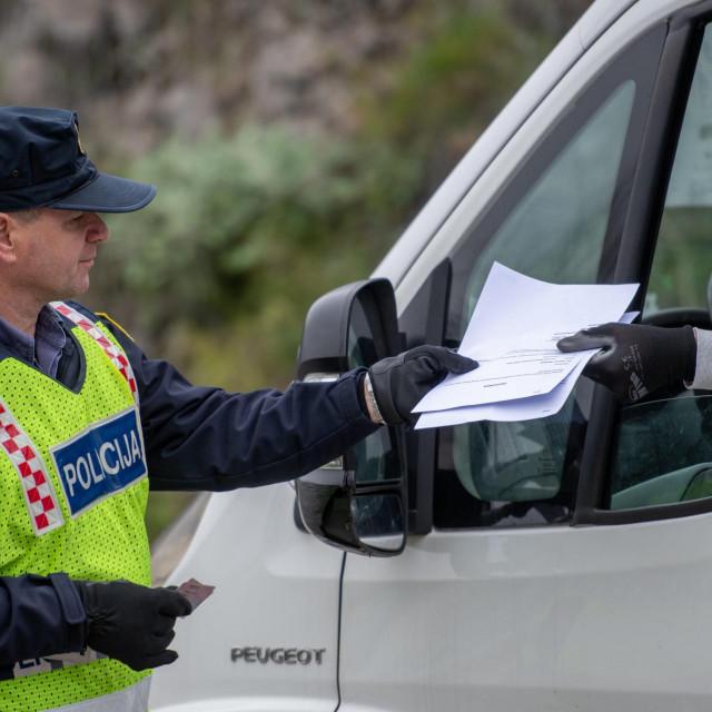 Dubrovnik, 250320.<br /> Policijski punkt na Dubcu na kojem policija kontrolira propusnice za ulazu i izlaz iz grada prema Konavlima i Zupi dubrovackoj u skladu sa zabranom napustanja mjesta prebivalista i stalnog boravka.<br />