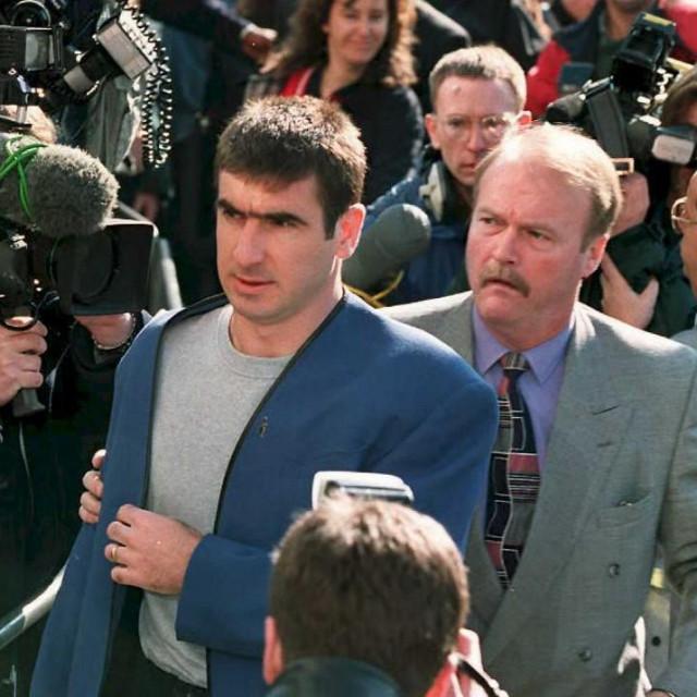"""Eric Cantona stiže pred sud u Londonu nakon što je """"kung fu"""" potezom udario navijača Crystal Palacea za vrijeme utakmice"""