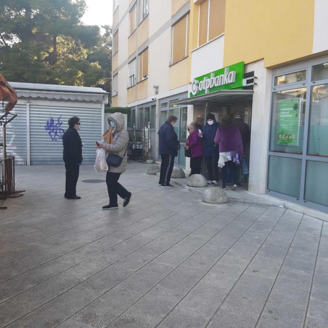 Umirovljenici u redu ispred banke