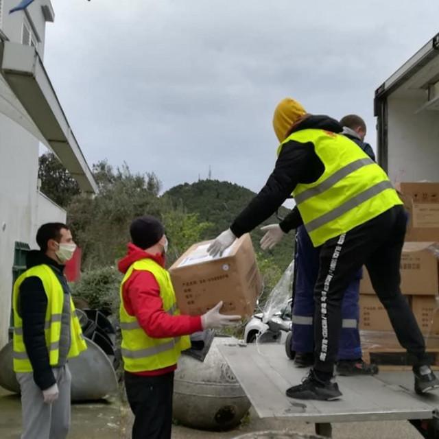 volonteri Caritasa iskrcavaju zaštitnu opremu iz Kine i UNICEF-a