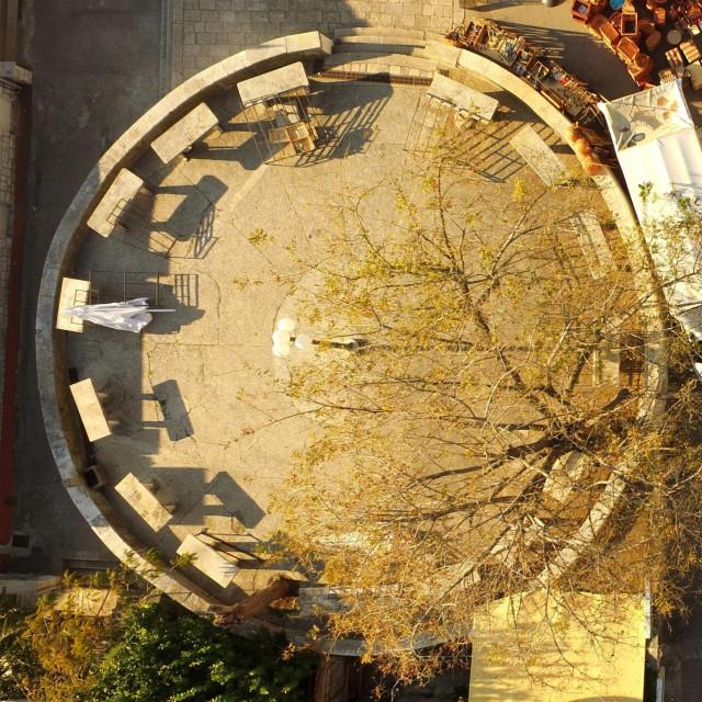 Rotonda, starinska kružna korčulanska tržnica u centru grada koja je inače sinonim za domaće proizvode te voće i povrće, kao i sve ostalo već desetak dana zjapi prazna