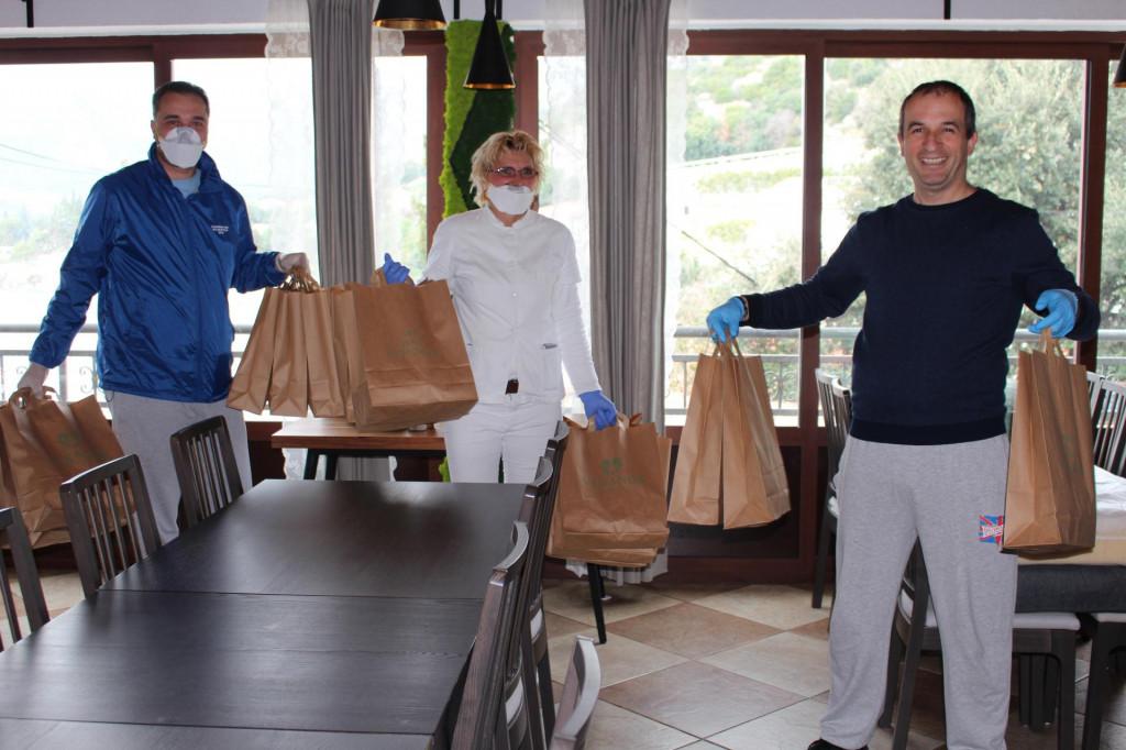 Denis Pavela i Ana Putica od Mirka Andrića preuzimaju obroke pripremljene u Verandi