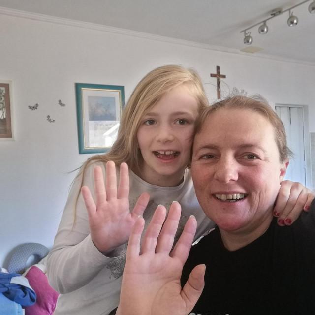 Vesna i Marta, sretne i nasmiješene nakon odrađenog programa u kući