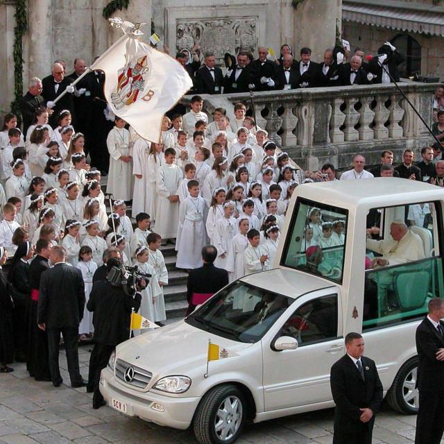 Papa Ivan Pavao II. u Dubrovniku, ispred crkve Svetog Vlaha, 6. lipnja 2003. godine