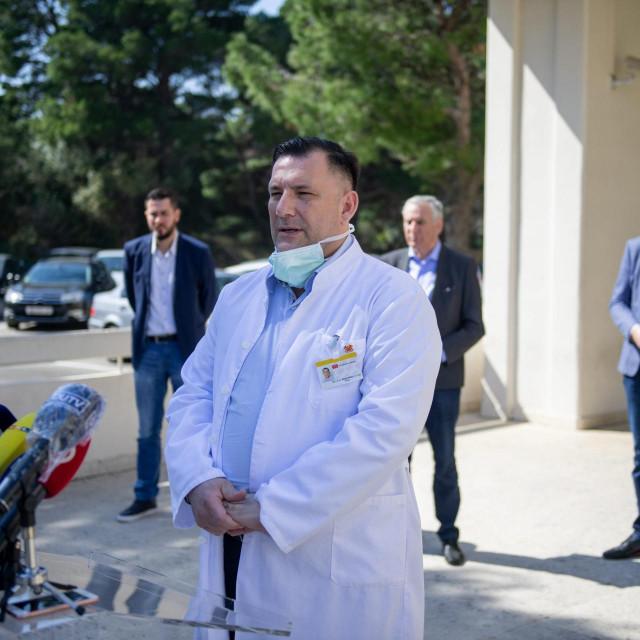 Konferencija za medije Zupanijskog kriznog stozera ispred opce bolnice Dubrovnik.<br /> Priopceno je da je 12 novih zarazenih u Dubrovniku.<br /> Na fotografiji: Dr. Marijo Bekic.<br />