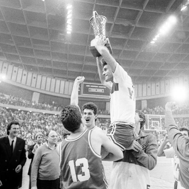 Nezaboravni trenutak - Andro Knego s pokalom prvaka Europe na rukama suigrača i navijača. Cibona je u finalu, u Pireju, dobila 3. travnja 1985. godine Real Madrid