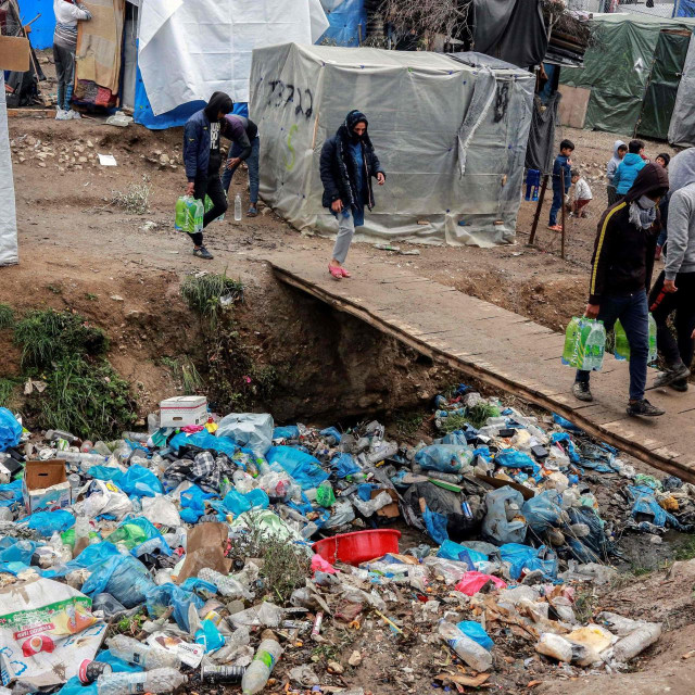Fotografija je iz migrantskog kampa na grčkom otoku Lezbosu, snimljena u četvrtak. U ovakvim nehigijenskim uvjetima korona jedva čeka započeti svoj ples smrti....<br />