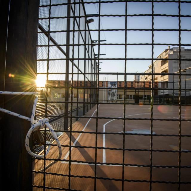 Lanac i katanac na vratima košarkaškog igrališta kod spomenika Draženu na Baldekinu