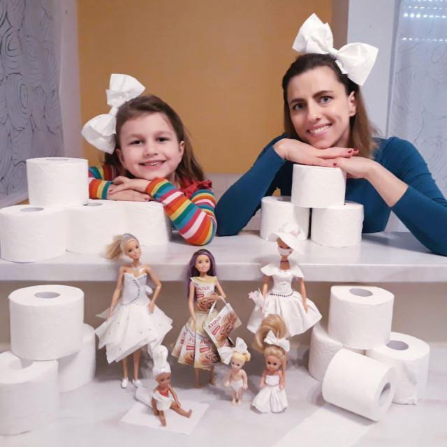 Josipa Bašić i njezina kći Tea s barbicama odjevenima u najpoželjnije papirnate krpice