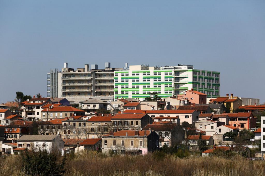 Bolnica u Puli, nova i stara zgrada