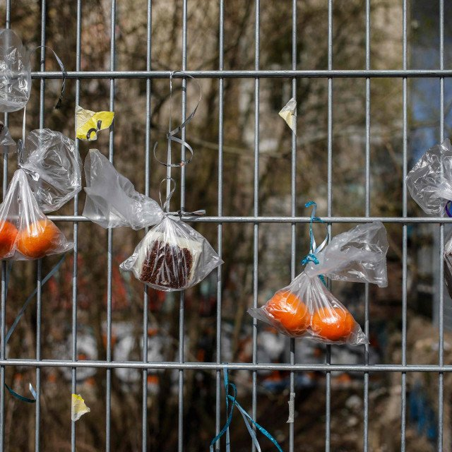 Vrećice s hranom za beskućnike na takozvanoj ogradi darova u Berlinu