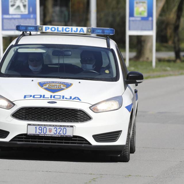 Zagreb, 040420.<br /> SRC Jarun.<br /> Unatoc mjerama sto manjeg okupljanja ljudi i na otvorenom na Jarunu je bilo ponesto setaca koje je policija upozoravala na mjere protiv koronavirusa.<br />