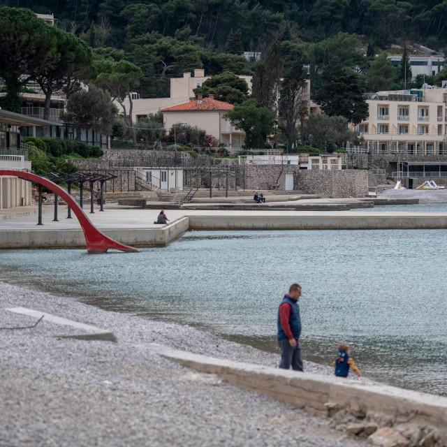 Dubrovnik, 040420.<br /> Gradjani se setaju uvalom Lapad u vrijeme izolacije od koronavirusa unatoc upozorenjima pripadnika civilne zastite.<br />