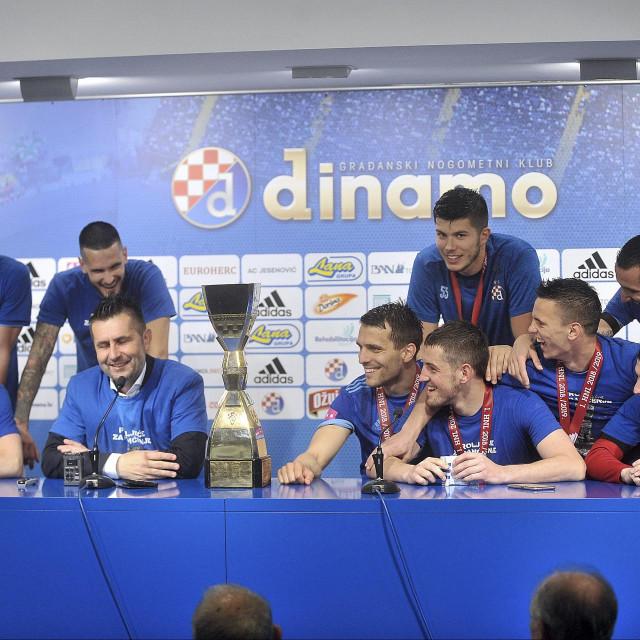 Dinamovi igrači i trener iz nekih sretnijih vremena