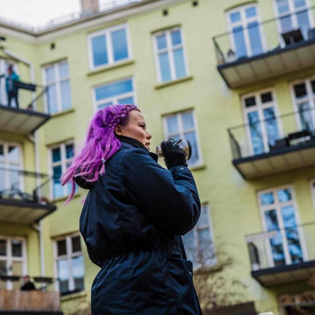 Zanimljiv prizor iz Osla: Anna Nohr poziva susjede da se s balkona i prozora pridruže dvorišnom kvizu i tako se zabave, kada već ne mogu vani