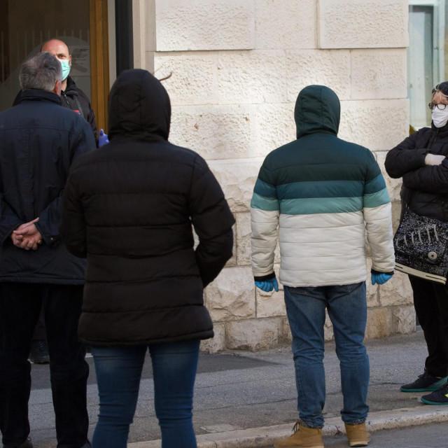 Split, 010420.<br /> Zivot u gradu u doba koronavirusa.<br /> Red ispred banke radi isplate mirovina.<br />