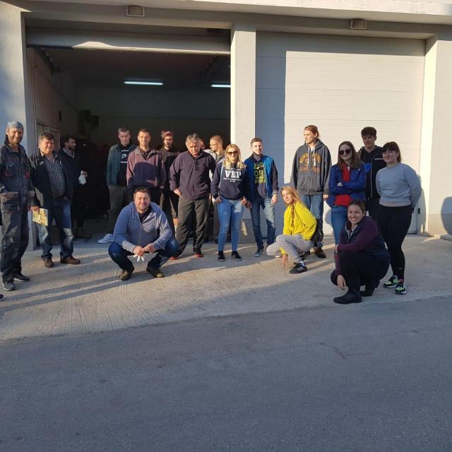 Zlarinski volonteri ispred Vatrogasnog doma<br />